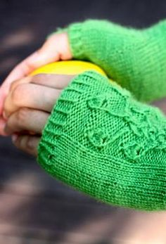 I like the pattern on these fingerless mittens!