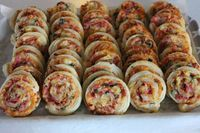 Moi! Tein mökkiviemisiksi pientä suolaista herkkua. Nämä ovat mukavan helppoja ja nopeitakin tehdä. Täytevaihtoehtoja on monta ja vain mi... Savory Pastry, Savoury Baking, My Favorite Food, Favorite Recipes, Baking Recipes, Dessert Recipes, Food Tasting, Easy Snacks, Food Inspiration