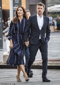 29 August 2019 - Crown Prince Frederik and Crown Princess Mary attend a premiere at the Danish Royal Playhouse in Copenhagen - dress by Apiece Apart Princesa Mary, Crown Princess Mary, Sac Tods, Sandro, Espadrilles Chanel, Lunette Ray Ban, Mary Donaldson, White Fitted Dress, Style Royal