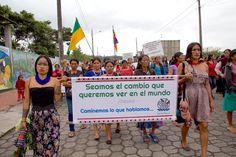 Mujeres indígenas de la comunidad amazónica Quechua marchan en las calles de la ciudad de Puyo por el Día Internacional de la Mujer. Foto: Kimberley Brown.