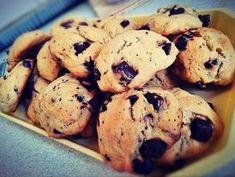 Amerikai csokis keksz   Kitti receptje - Cookpad receptek Muffin, Cookies, Breakfast, Desserts, Food, Christmas, Crack Crackers, Morning Coffee, Tailgate Desserts