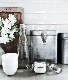 http://www.almicaalmacen.com/  #botellas #latas lindos objetos para una cocina moderna