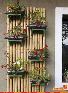 Varas de bambu usadas para criar um painel para um jardim vertical feito com garrafas pet.