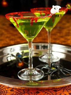 idées party Halloween- boissons vertes avec bords en faux sang fait maison