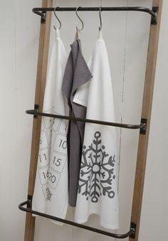 Echelle porte-serviettes en métal et bois 4 niveaux, pourvue de 4 barreaux en métal, pour faire sécher serviettes, gants, vêtements, dans la salel de bains.