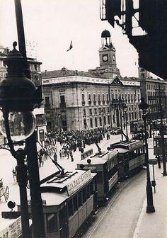 La Puerta del Sol como núcleo de conexión. Tranvía del siglo XIX/XX Old Pictures, Old Photos, Vintage Photographs, Vintage Photos, Best Hotels In Madrid, Foto Madrid, Madrid Travel, City Museum, Urban Setting