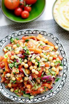 Kikkererwten salade | Kookmutsjes Curry D'aubergine, Kale Quinoa Salad, Food Porn, Vegetarian Recipes, Healthy Recipes, Good Food, Yummy Food, Healthy Salads, Clean Recipes
