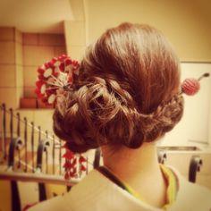 この画像は「【2016成人式】盛り盛りヘアは古い!' 低めまとめ髪 'が美しい振り袖ヘアカタログ」のまとめの17枚目の画像です。