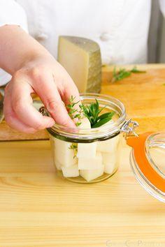 como hacer queso en aceite receta casera Tapas, Hummus, Queso Feta, Sin Gluten, Nutrition Tips, Finger Foods, Pesto, Dairy, Appetizers