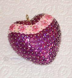Ein süßes Herz in Paillettenkunst in brombeer/rosa-irisierend mit Perlmutt-Blüten-Schmucksteinen in pink von mir in liebevoller Handarbeit für Sie gefertigt.  65 x 65 mm