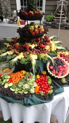Fruit Display For Party Buffet Wedding Reception 68 Ideas Party Platters, Party Buffet, Fruit Tables, Fruit Buffet, Fruit Trays, Food Buffet, Fruit Salads, Veggie Display, Veggie Tray