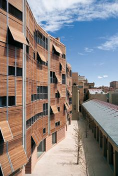 Hacia el sur las viviendas se protegen con una galería abierta y unas versátiles persianas de madera de cedro.
