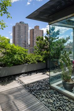 We have some terrific balcony garden design ideas and also crucial pointers that you can utilize for motivation on your rooftop. Rooftop Garden 33 Beautiful Rooftop Garden Design Ideas to Adding Your Urban Home Rooftop Design, Rooftop Terrace, Rooftop Decor, Rooftop Lounge, Outdoor Decor, Sky Garden, Terrace Garden, Green Terrace, Landscape Design