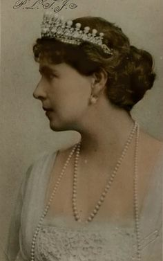 Queen Marie of Romania – the former Princess Marie of Edinburgh, a grand-daughter of Queen Victoria, was the first crowned head to become a Bahá'í. Royal Tiaras, Royal Jewels, Romanian Royal Family, Royal Art, Queen Mary, Queen Elizabeth, Queen Of England, Royal House, Prince Harry And Meghan
