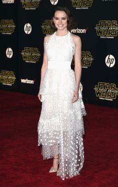 """Daisy Ridley en robe Chloé sur-mesure à l'avant-première du film Star Wars """"Le Réveil de la Force"""", à Los Angeles"""