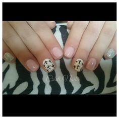 Nails nude con brillos y cruces