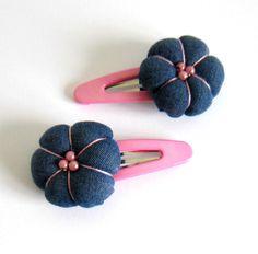 2 barrettes à cheveux roses et bleues, fleur japonaise en jean's recyclé : Accessoires coiffure par melkikou-upcycling
