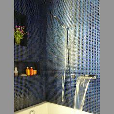 Mozaiek Zwart/Velvet Blauw. Bad en douche tegelijk. (Studio Garneau | Apartment | Transformer Loft)
