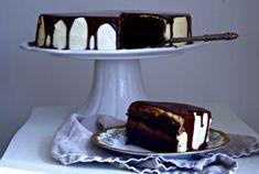 aftig og smakfull kake med gulrot, ostekrem og sjokolade-ganache som renn nedover sidene er perfekt for ein kakemons. Kaka er ei slags krysning mellom gulrotkake og sjokoladekake, så her får du alt i eitt. Eg er glad i både sjokoladekake og gulrotkake, og når ein då ikkje klarer å velje får ein lage ei blanding.Read more