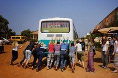 De wegen in Cambodja zijn anders dan in Nederland! Soms moet er even geduwd worden! http://www.pureexpedition.nl/