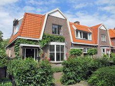 t Roosje is een sfeervol geschakeld vakantiehuis, in een karakteristieke woonwijk in Heemstede. Pak de fiets en ontdek de mooie omgeving, zoals het strand van Zandvoort (25 minuten) en het oude centrum van Haarlem (10 minuten). Met de trein bent u bovendien zo in Amsterdam.
