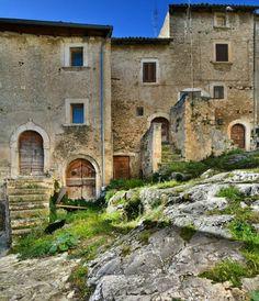 The beautiful Navelli  Un meraviglioso scorcio del borgo medievale di Navelli!  #Abruzzo #Travel #Italy #Abruzzen #navelli #borghi #abruzzosegreto