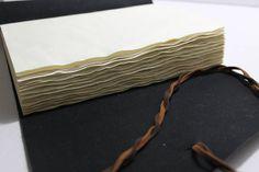 """""""Como uma onda no mar"""" Ondas de papéis. 🏊  #papelaria #papelariaartesanal #cadernodecouro #cadernosartesanais #courosintético#papéisenvelhecidos #café #feitoàmão #encadernacaomanualartistica #bookbinding #handbook #handmade #oldpaper #coffee #longstitchbuttonhole #craft #stationery #leather #leatherjournal"""
