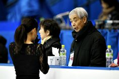 公式練習で浅田真央と話をする佐藤信夫コーチ(右)=26日、札幌市、白井伸洋撮影 (2015年12月26日)