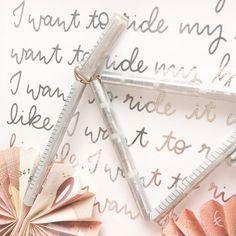 Geburtstagsgeschenk-Bastelei für eine zukünftige #pedelec -Besitzerin 🚲 Ich hätte mir beinahe die Finger gebrochen ... Ganz schön fummelig, solch ein Geldschein-Gebastel 🙈 Und weil ich kein ordentliches Hintergrundbild hatte, musste kurzerhand der #bicyclesong von #queen herhalten. Natürlich in Silber und mit Folie 😉. . #lettering #digitallettering #handlettering #ipadpro #applepencil #handgeschrieben #handwritten #handwritinglicious #procreate #decofoil #thermoweb @thermoweb…