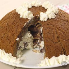 Meet this next-level ice cream cake: An edible chocolate chip cookie bowl is filled with layers of vanilla ice cream and bits of your favorite chocolate candy bar. A peanut butter tower (! Ice Cream Desserts, Frozen Desserts, Fun Desserts, Cupcake Recipes, Cupcake Cakes, Dessert Recipes, Cookie Bowls, Cookie Dough, Choco Chips