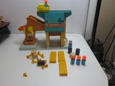 VINTAGE 1970S FISHER PRICE LIFT AND LOAD DEPOT WITH PEOPLE AND ACCESSORIES