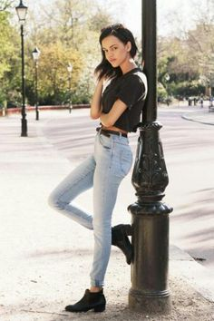 High Waisted Jeans with a crop top is a great go-to look this summer–not only is it stylish, but comfortable too. High Waisted jeans were THE look of the especially when paired… Look Fashion, Fashion Beauty, Autumn Fashion, Fashion Outfits, Jeans Fashion, Botines Casual, Jeans Claro, Alternative Rock, Normcore