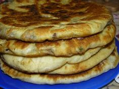 """""""Hicin"""" este o rețetă tradițională a bucătăriei caucaziene și reprezintă niște plăcințele din aluat subțire, umplute cu multă carne și verdeață sau cartofi cu brânză. Pe vremuri, acestă rețetă se considera cea mai onorabilă, iar invitația la o cină cu această mâncare, reprezenta un semn de respect deosebit al gazdei față de musafiri. Încercați și … Baking Bad, Russian Dishes, Food Wishes, Romanian Food, Just Bake, Special Recipes, Quick Meals, Pain, Street Food"""