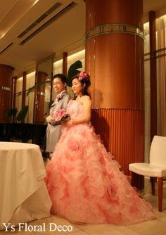 この時の新婦さんよりお写真を頂きました。ピンクのふわふわな可愛いドレスに合わせていただいた、ピンク~ラベンダー色のクラッチブーケです。 ラベンダーをプラ...