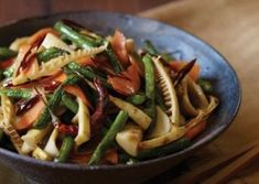 Ciuperci, muguri de bambus si fasole verde la wok