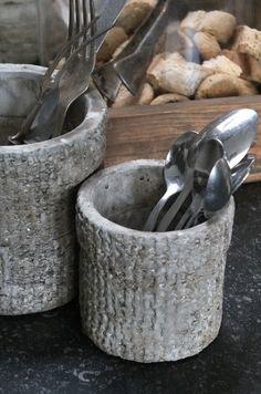 Couverts dans des jolis pots : donnent un air convivial à une cuisine.