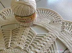 Картинки по запросу graficos e receitas passo a passo de tapetes em croche para sala grande Crochet Round, Cute Crochet, Crochet Motif, Crochet Designs, Crochet Doilies, Crochet Yarn, Crochet Stitches, Crochet Carpet, Crochet Home