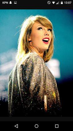 ik heb Taylor Swift haar hoofd uitgeknipt en op het slangen hoofd geplakt