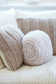 Knit/Crochet pillows for the living room Knitting Projects, Crochet Projects, Knitting Patterns, Crochet Patterns, Crochet Home, Knit Crochet, Sunday Inspiration, Cushion Inspiration, Knitted Cushions