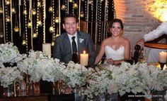 Los novios lograron dar un toque personal a su boda y transmitieron su alegría a los invitados. El banquete a base de cocina de autor, el montaje alternado en tonos blanco, negro y plateado junto con el delicado diseño floral hicieron inolvidables los momentos de la boda!