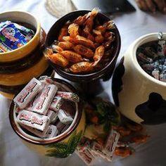Filipino treats for guests at wedding. Filipino Street Food, Filipino Food, Filipino Debut, Desert Buffet, Filipiniana Wedding, Filipino Wedding, Wedding Cake Display, Wedding Food Stations, Restaurant Themes