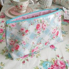 SnapWidget | Новенькая прелесть - косметичка Simone White из ламинированной, непромокаемой ткани! Внутри розовая клетка. Размер 26*10*17см 1580р, в наличии 1 шт
