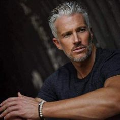 Silver Foxes Men Over 50 Handsome Men Quotes, Handsome Older Men, Handsome Arab Men, Older Mens Hairstyles, Haircuts For Men, Silver Foxes Men, Silver Man, Strong Woman Tattoos, Men Over 50