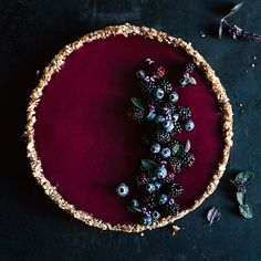 dark berries tart with basil I beeren kuchen Just Desserts, Delicious Desserts, Dessert Recipes, Yummy Food, Impressive Desserts, Tarte Vegan, Berry Tart, Cookies Et Biscuits, Food Art