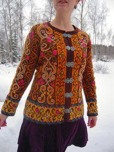 Folk Embroidery Patterns This elaborate pattern draws on Norwegian folk motifs to embellish this ingeniously shaped long fitted jacket. Folk Embroidery, Learn Embroidery, Embroidery Patterns, Poncho, Knit Cardigan, Norwegian Knitting, Knitting Machine Patterns, Knitting Charts, Fair Isle Pattern
