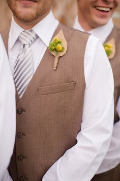 burlap boutonnieres | Katelyn James #wedding