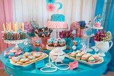 Festa Revelação em azul e rosa, estilo Shabby Chic, com doces e bolo temáticos em rosa e azul com ponto de interrogação.