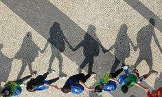 Jóvenes caminan en Copacabana luego de la misa oficiada por el Papa Francisco. Foto: AFP