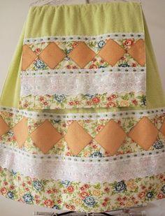 1 toalha de rosto e 1 de banho 100% algodao com aplicacao em patchwork, bordado ingles e passa fita em um belo compose 70,00 pagto no deposito bancario R$79,00