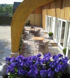"""Bed and Breakfast 'Zondag' in Eys, Zuid Limburg. Bijzondere kamers: Kamer """"Lief"""" in Franse Brocante stijl. Kamer """"Vrolijk"""", een fel gekleurde slaapkamer. Kamer """"Stoer"""", comfortabel, warm en gezellig, maar ook luxueus. U kunt onze B&B kamers ook als vakantiewoning huren. U heeft dan een keuken, twee of drie kamers tot uw beschikking met elk een eigen badkamer."""